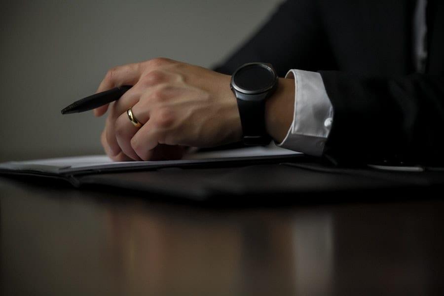 mężczyzna z długopisem