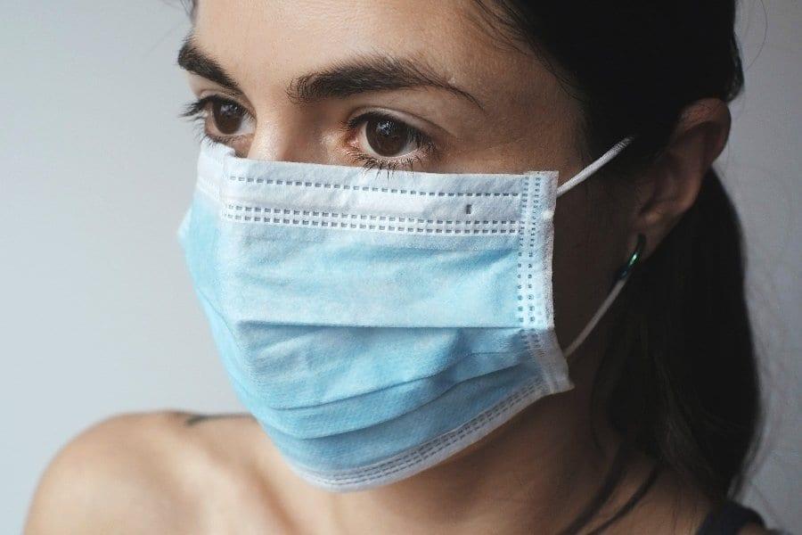 wirus kobieta maseczka