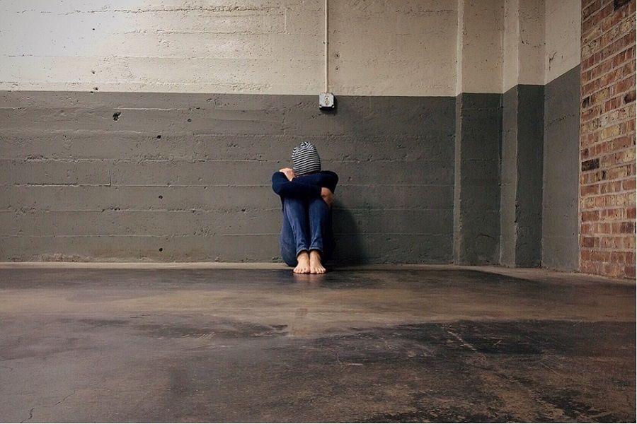 dziecko korytarz szkoła samotność
