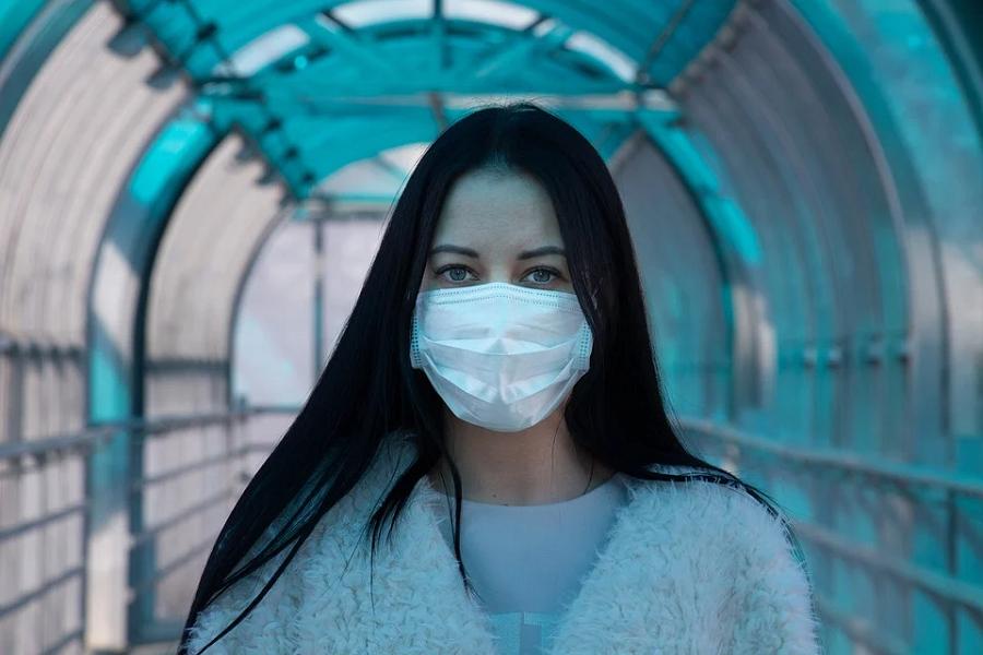 kobieta maseczka tunel