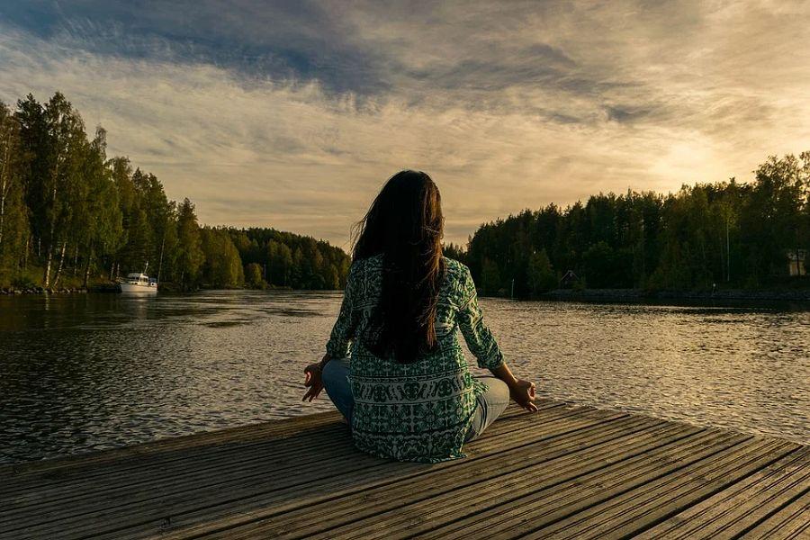 joga dziewczyna las jezioro
