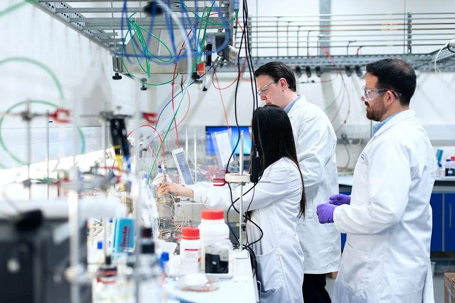 laboratorium fabryka chemia ludzie