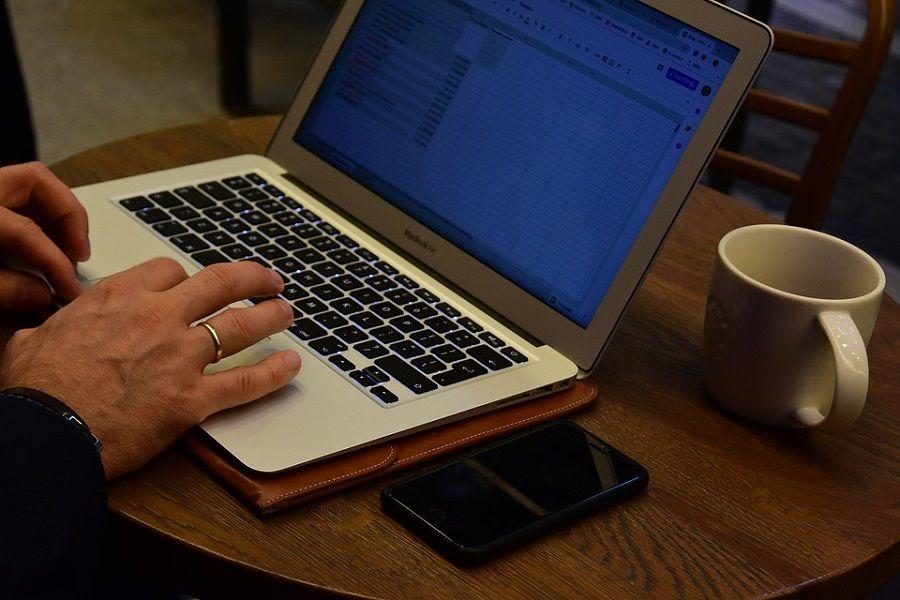 biurko laptop obraczka